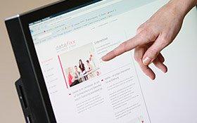 Das Bild zeigt die Design-Endkontrolle einer Website in einer Web-Agentur