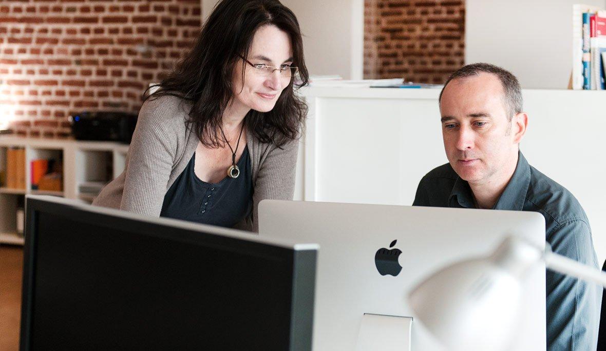 Zusammenarbeit in unserer Werbeagentur in Köln: Projektleiterin + Programmierer.